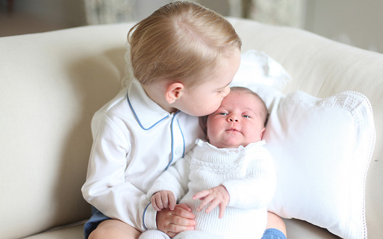 Hoàng tử bé George hôn em gái Charlotte. Ảnh: