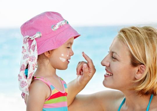 Phụ huynh cần cẩn trọng khi dùng kem chống nắng cho trẻ