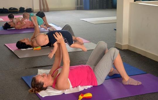 Nâng đỡ con cũng là cách giúp mẹ tăng cường vận động
