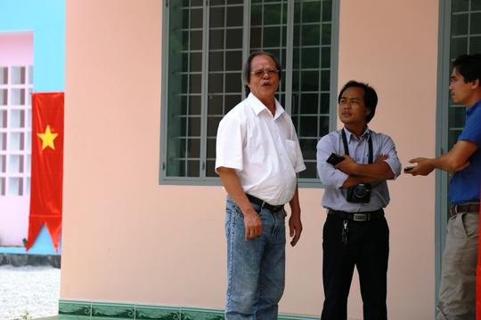 Bác sĩ Vũ Đình Hòe (bìa trái) phân trần với phóng viên về vụ việc. Ảnh: Như Phú