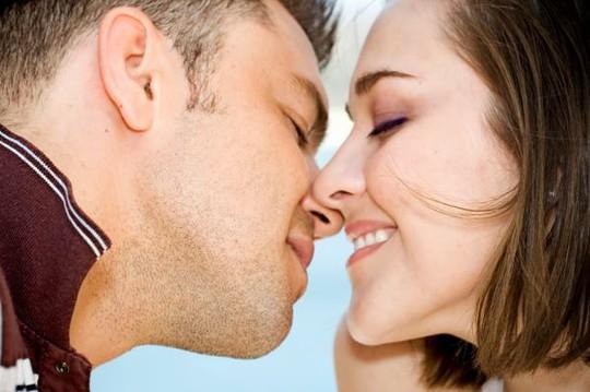 Nụ hôn có thể lây truyền nhiều bệnh