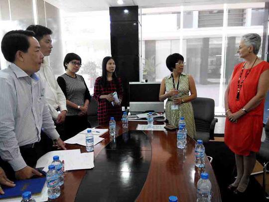 Đại diện RMIT Việt Nam (phải) cam kết tạo mọi thuận lợi cho Công đoàn hoạt động
