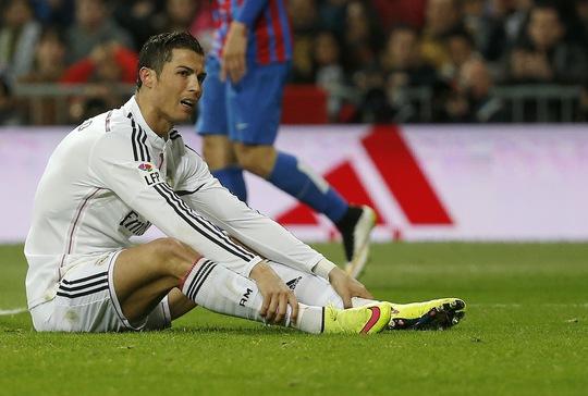 Ronaldo bực bội nhìn Bale ghi bàn mà không ăn mừng