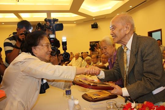 Bà Nguyễn Thị Bình trao kỷ niệm chương cho những người tham gia Hội nghị Paris năm xưa