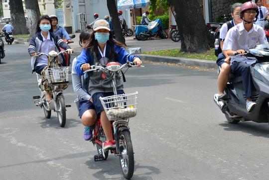 Đi xe đạp điện không đội mũ bảo hiểm sẽ bị xử phạtẢnh: Tấn Thạnh