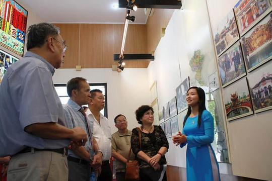 Khách tham quan Khu Tưởng niệm các Vua Hùng thuộc Công viên Lịch sử Văn hóa dân tộc (quận 9, TP HCM)Ảnh: Hoàng Triều