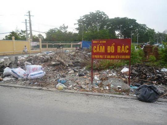 """Rác dày đặc dưới tấm biển """"Cấm đổ rác"""" bề thế Ảnh: Đức Than"""