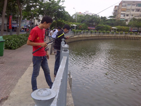 Dù biển cấm giăng khắp nơi nhưng nhiều người vẫn vô tư câu cá trên kênh Nhiêu Lộc - Thị Nghè Ảnh: SỸ ĐÔNG