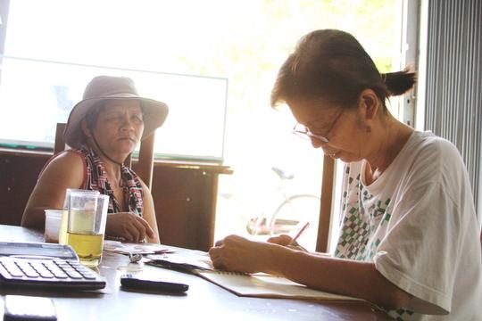Cô Nguyễn Thị Huệ (phải) mở đại lý vé số giúp người nghèo