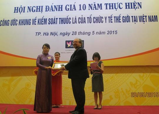 Bộ trưởng Nguyễn Thị Kim Tiến nhận giải thưởng Ngày thế giới không hút thuốc lá năm 2015 do WHO trao tặng