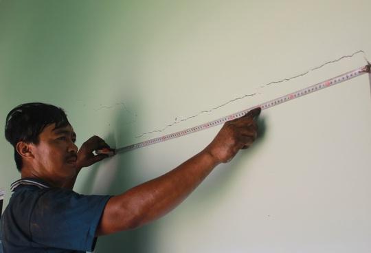 Những vết nứt trên tường ảnh hưởng đến toàn bộ kết cấu của hàng trăm căn nhà