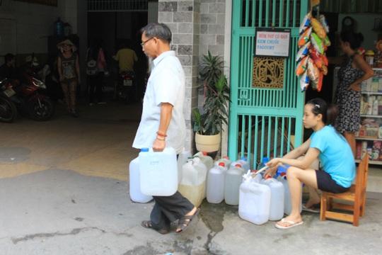 Nhiều hộ dân ở chung cư 234 Phan Văn Trị phải mua nước từ tầng trệt để sử dụng