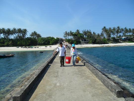 Cầu cảng cập đảo Bé đã xuống cấp nghiêm trọng, rất nguy hiểm đối với người dân