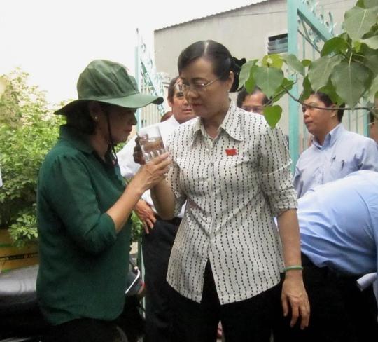 Đoàn đại biểu HĐND TP HCM giám sát công tác cung cấp nước sạch cho người dân tại quận Thủ ĐứcẢnh: GIA MINH