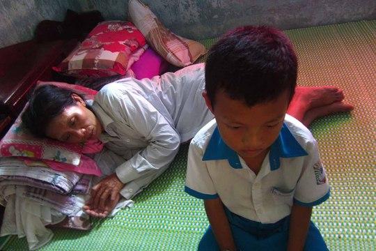 Mẹ con bà Nguyễn Thị Đông không biết khi nào mới đủ tiền để chữa khỏi bệnh