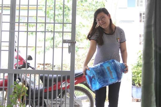Để có nước sinh hoạt, người dân đường Bưng Ông Thoàn, phường Tăng Nhơn Phú B, quận 9 phải mua từng bình nước sạch, tốn hàng trăm ngàn đồng mỗi tháng