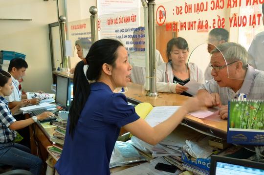 Người dân thực hiện thủ tục hành chính tại UBND quận Bình Thạnh, TP HCMẢnh: TẤN THẠNH