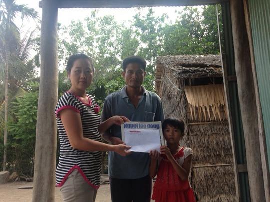 Đại diện Báo Người Lao Động trao tiền của bạn đọc giúp đỡ gia đình anh Thạch Mới (xã Phước Hảo, huyện Châu Thành, tỉnh Trà Vinh)Ảnh: PHẠM ĐỖ