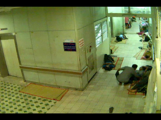 Camera ghi hình một đối tượng (ngồi) móc túi người nhà bệnh nhân đang ngủ tại Bệnh viện Chợ Rẫy