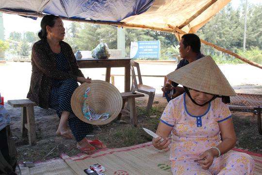 Người dân dựng lều trước cổng Nhà máy Xi măng Đại Việt - Dung Quất để phản đối ô nhiễm