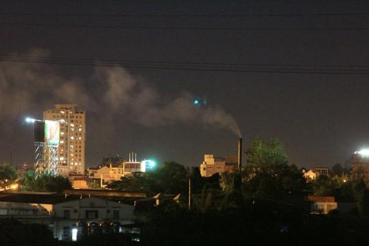 Ống khói của Xí nghiệp Casumina Bình Lợi (phường Hiệp Bình Chánh, quận Thủ Đức, TP HCM) thải mùi hôi nồng nặc ra khu dân cư