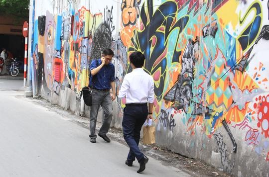 Những hình vẽ quái dị bôi bẩn tường rào trên đường Ngô Văn Năm, phường Bến Nghé, quận 1, TP HCM