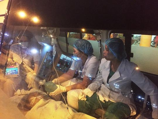 Hình cắt từ clip cho thấy sản phụ Linh nằm trên xe cứu thương trong trạng thái hôn mê sâu