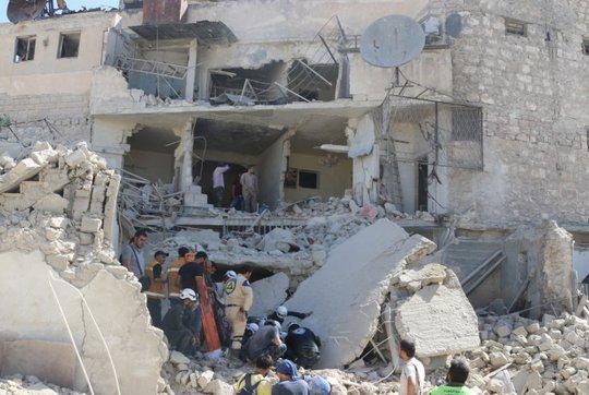 Cảnh tan thương hỗn loạn ở Aleppo sau vụ ném bom thùng hôm 30-5. Ảnh: Reuters