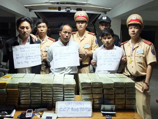 3 người mang quốc tịch Lào bị bắt cùng tang vật 227 bánh heroin - Ảnh: Báo Lào Cai