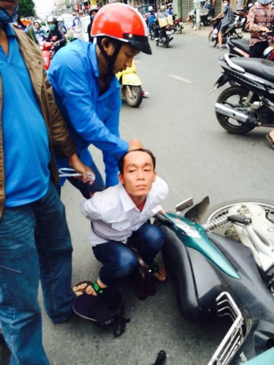 Leg: Người dân cùng hình sự bắt nóng đối tượng cướp giật tài sản trên đường Cách Mạng Tháng Tám, quận Tân Bình – TP HCM, vào chiều 12-12-2014.