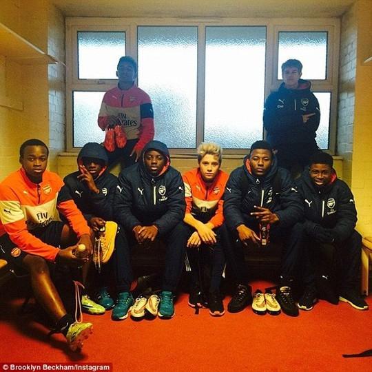 Brooklyn (giữa) và đồng đội ở U18 Arsenal