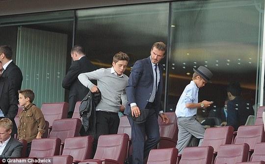 Brooklyn và bố trogn một lần đến Emirates xem bóng đá
