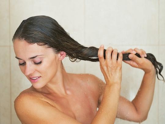 Xả tóc bằng bia giúp mượt tóc, giảm gàu