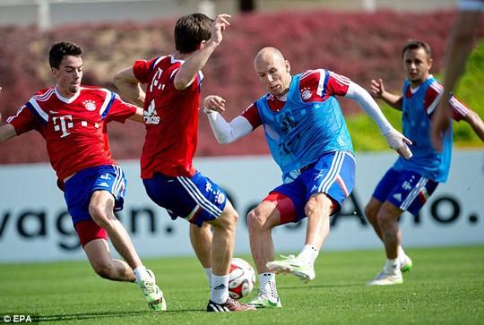 Robben tập luyện ở Qatar bới ngón tay băng bó