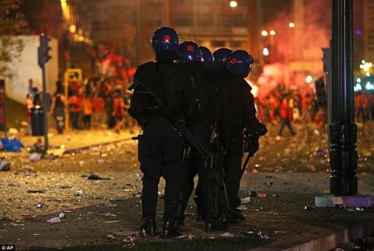 Gia đình CĐV nhí bị đánh dã man trước khi Benfica vô địch