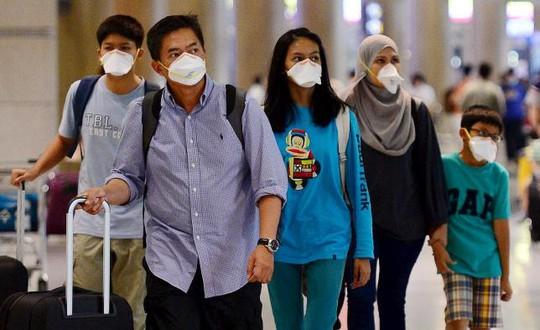 Các hành khách từ Trung Đông đeo khẩu trang để phòng chống bệnh MERS tại phi trường ở Hàn Quốc hôm 7-6 Ảnh: REUTERS