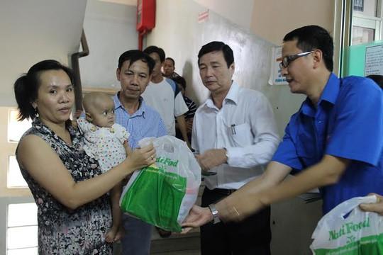Bệnh nhi Bệnh viện Ung bướu TP HCM nhận quà Tết