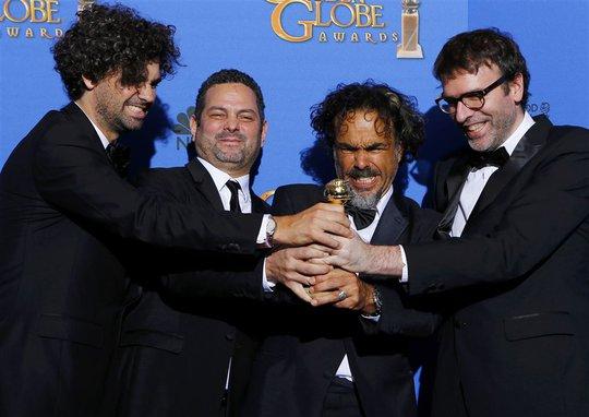 4 biên kịch của phim Birdman chung vui với giải Kịch bản xuất sắc nhất. Ảnh: Reuters