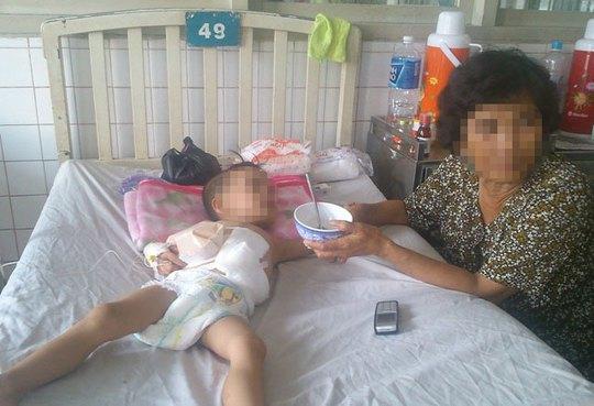 Bà ngoại bé Hải chăm sóc cháu tại bệnh viện