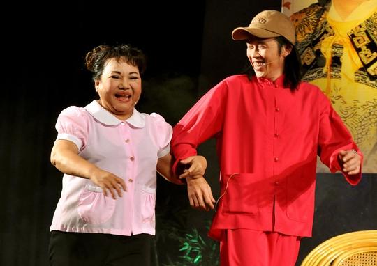 NSND Ngọc Giàu và danh hài Hoài Linh trong vở Đời cô Lựu