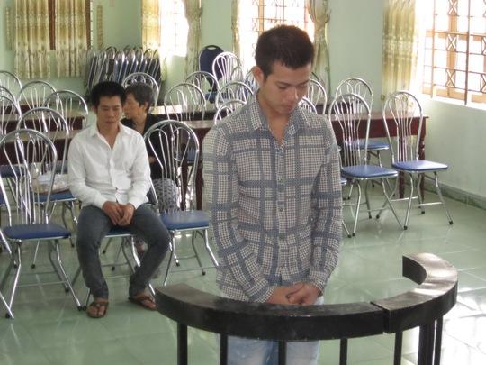 Hai bị cáo Bình (đứng), Tuấn (ngồi), nói lời sau cuối trước tòa