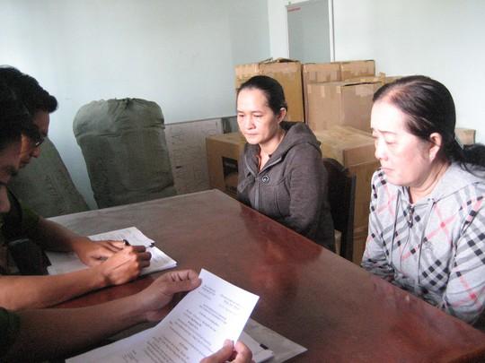 Bi cao Suong (trái) và bị cáo Tran Thi Phuong lam thu tuc dua ve trai giam