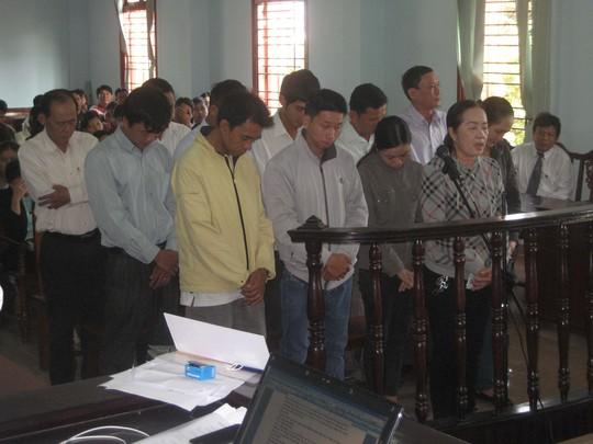 Bị cáo Trần Thị Phương (hàng trước) nói lời sau cùng trước khi nghị án