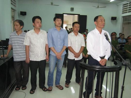 Bị cáo Trung, Hà, Nam, Kiên và Anh Trung trước vành móng ngựa.