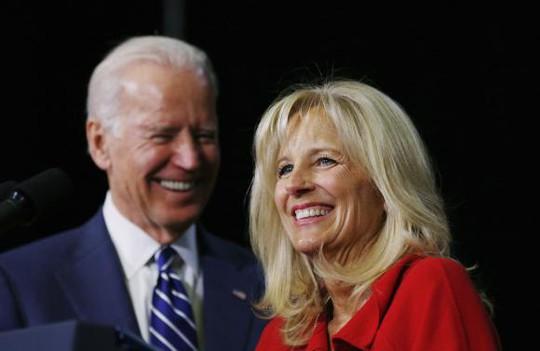 Ông Biden và bà Jill tại Trường ĐH Pellissippi ở bang Tennessee hôm 9-1. Ảnh: Reuters