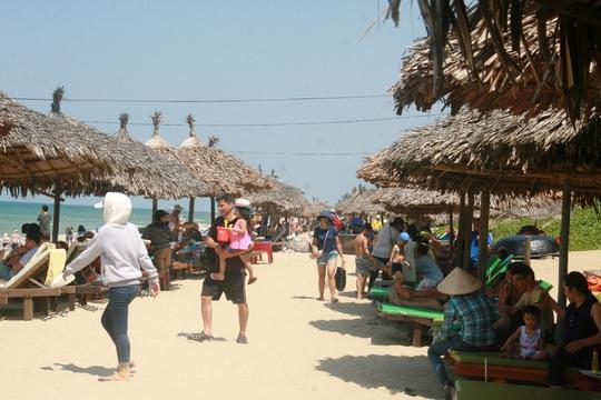 Du khách tắm biển tại các bãi biển ở TP Đà Nẵng