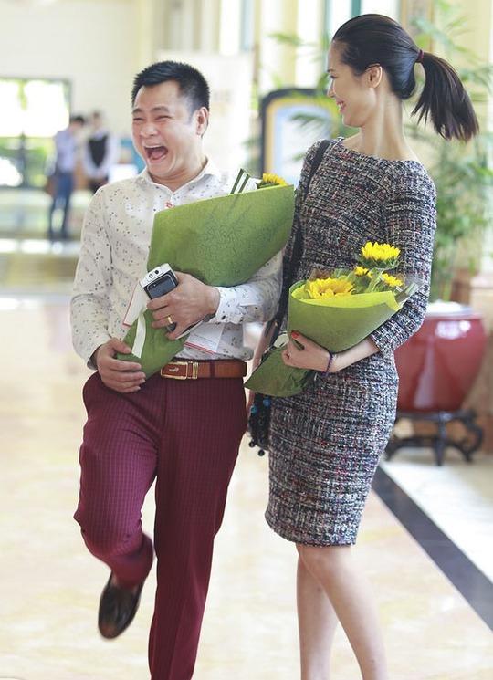 Tự Long luôn vui vẻ bên Hoa hậu thân thiện Dương Thùy Linh
