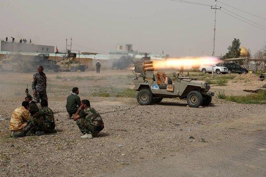 Các tay súng người Shiite bắn rốc két chống lại IS tại TP Tikrit. Ành: AP