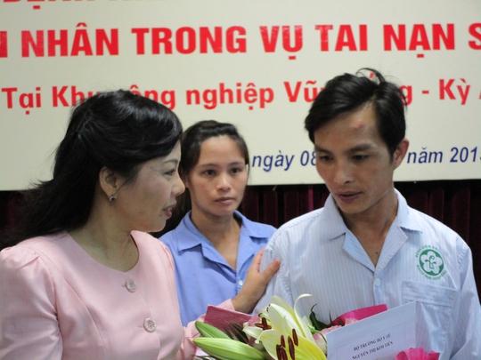 Bộ trưởng Bộ Y tế Nguyễn Thị Kim Tiến chúc mừng nạn nhân Formosa khỏe mạnh, xuất viện trở về