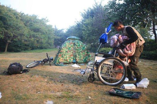 Họ tập luyện cắm trại trong thành phố trước khi khởi hành